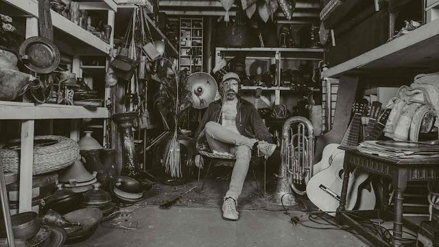 "Le musicien britannique Drew Makes Noise a sorti son premier single solo, ""Satellite""."