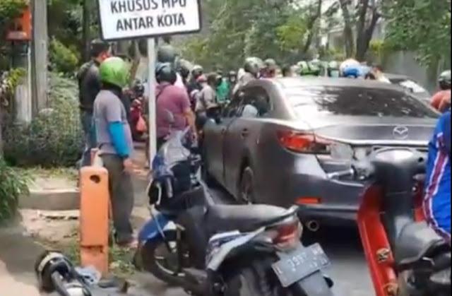Terobos Lampu Merah, Mobil Polisi Ini Tabrak Pengendara Motor hingga Terpental