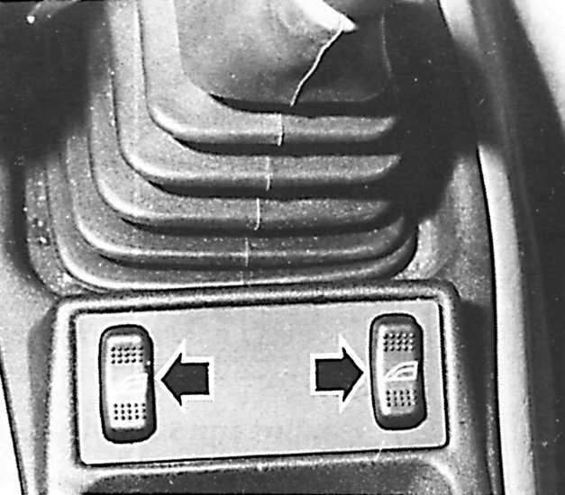 Выключатели электрических подъемников стекол передних левых и правых боковых дверей.