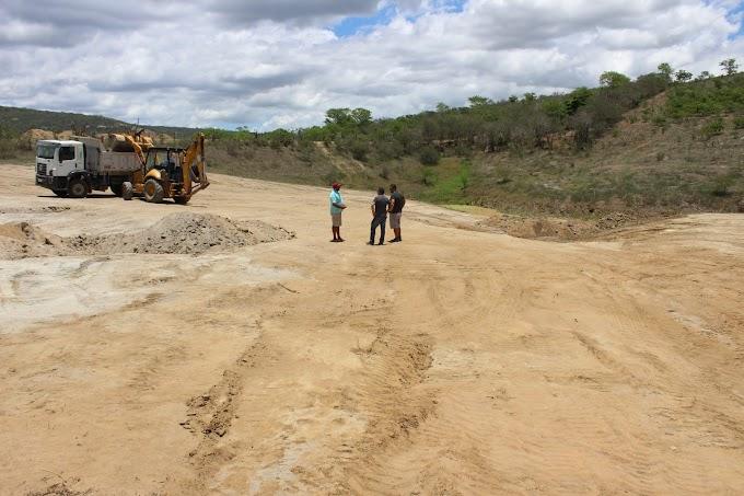 Prefeitura de Umbuzeiro inicia limpeza do Açude do Alecrim