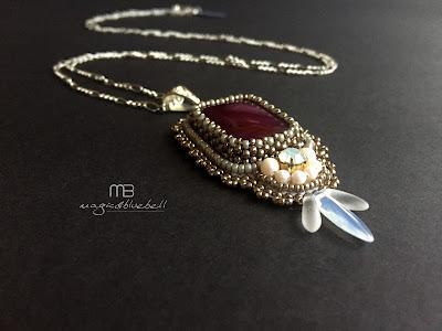 Gyöngyhímzett medál