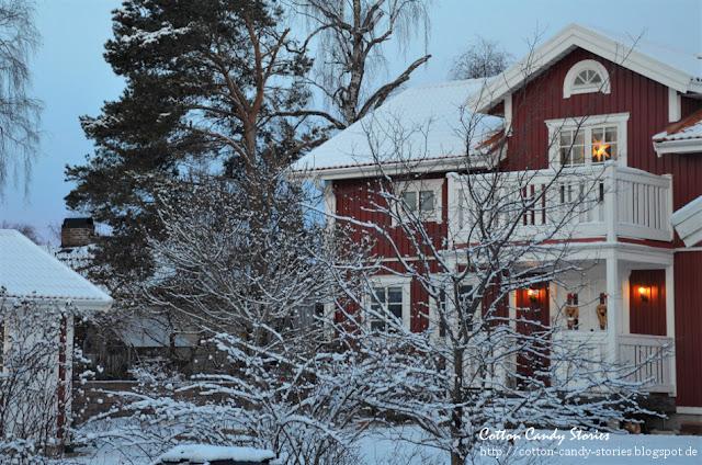 Rotes Haus in Schweden im Winter