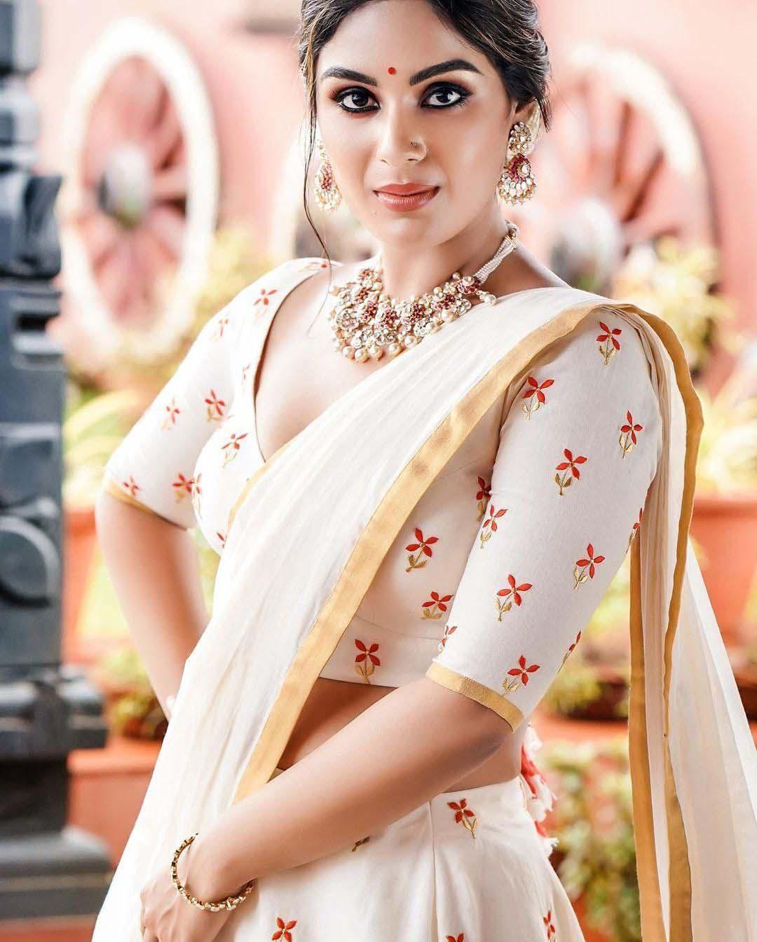 Actress Samyuktha Menon Pranaah Saree Photo Gallery