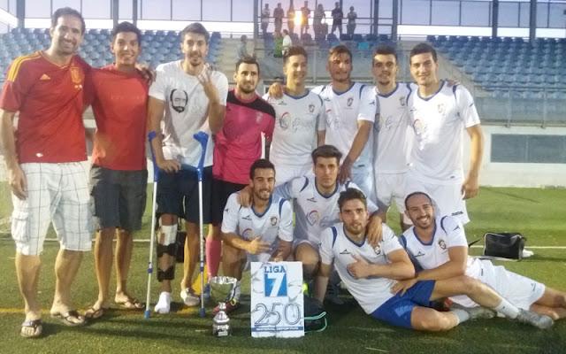 plantilla del Hermandad F.C.ganadores del la liga7. IMAGEN I LLESCAS COMUNIACIÓN