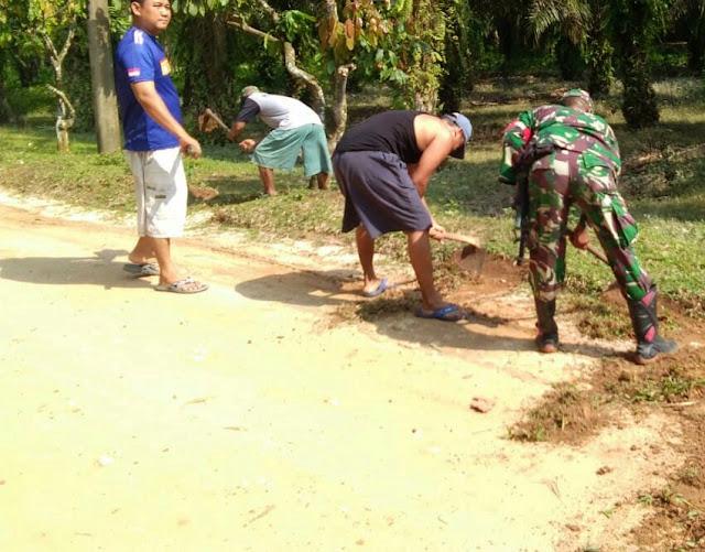 Sambut Bulan Suci Ramadhan, Personel Kodim 0207/Simalungun Bersama Warga Gotong Royong Bersihkan Lingkungan