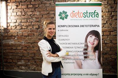 Kobieta pozująca przy reklamie