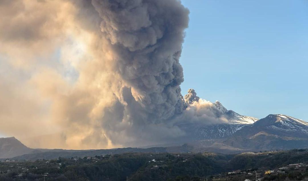 Auguri di Buon Natale dal Vulcano Etna con un filmato spettacolare.