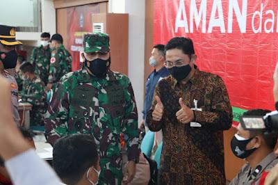 Kepala Otoritas Jasa Keuangan (OJK) Aceh, Yusri, didampingi Irdam IM. Brigjen TNI Niko Fahrizal M.Tr (Han) menyaksikan vaksinasi yang diikuti oleh masyarakat, di Banda Aceh Convention Hall, Senin (26/07/2021) di Banda Aceh