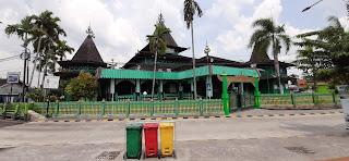 bagian depan masjid sultan suriansyah banjarmasin