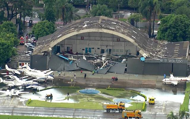Um deles foi completamente destruído. A pista do aeroporto também ficou alagada.