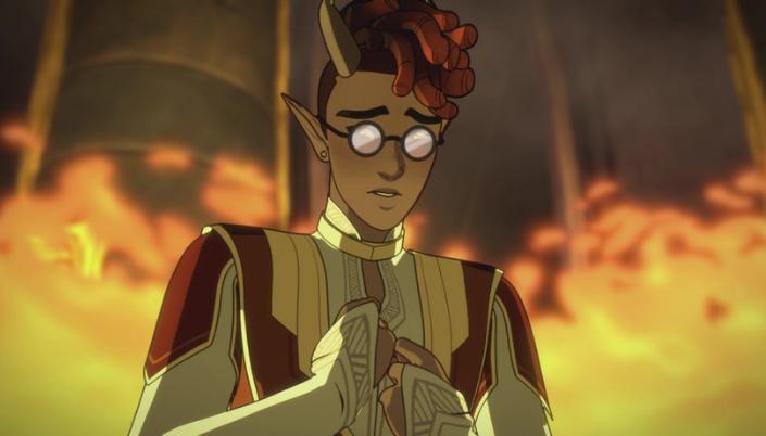 Imagem: Kazi, um elfo de pele escura, usando um par de óculos, os cabelos ruivos em dreads e usando uma roupa branca com detalhes vermelhos e amarelos e ao redor chamas numa sala de trono.