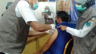 Muhammad Fadhil Arief Bersama Istri Di Suntik Vaksin Sinovac Tahap Ke-II