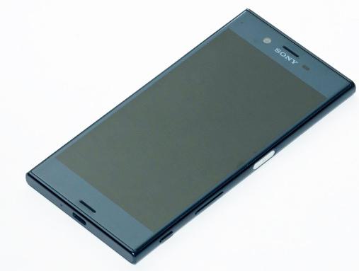 يُعد Sony Xperia XZ3 أفضل هاتف كاميرا من الشركة اليابانية حتى الآن ، حيث يثبت النهاش الخلفي 19 ميجابكسل خيار التصوير الفوتوغرافي القوي.  تم تبسيط واجهة المستخدم بالنسبة للمبتدئين ، لذلك لا يوجد الكثير من الضرب للوصول إلى الأوضاع المختلفة ، ويتم دائمًا عرض الإعدادات التي يتم الوصول إليها بشكل متكرر على الشاشة ، لذلك هناك حد أدنى من العبث عند إعداد اللقطة. حيث تتفوق كاميرا Xperia XZ3 على الرغم من أنها فيديو. يعمل التثبيت الرقمي بشكل جيد في ضوء جيد على وجه الخصوص ، ولقطات 4K HDR التي يمكنك التقاطها هي مجرد التقاط الأنفاس.