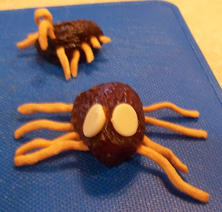 http://craftymomsshare.blogspot.com/2013/10/halloween-is-coming-wiggly-halloween.html