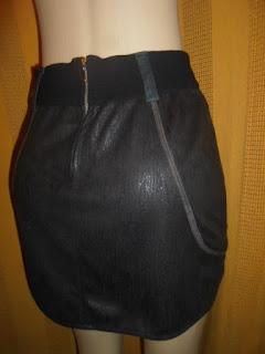 saia curta preta  com passante largo  e zíper atrás