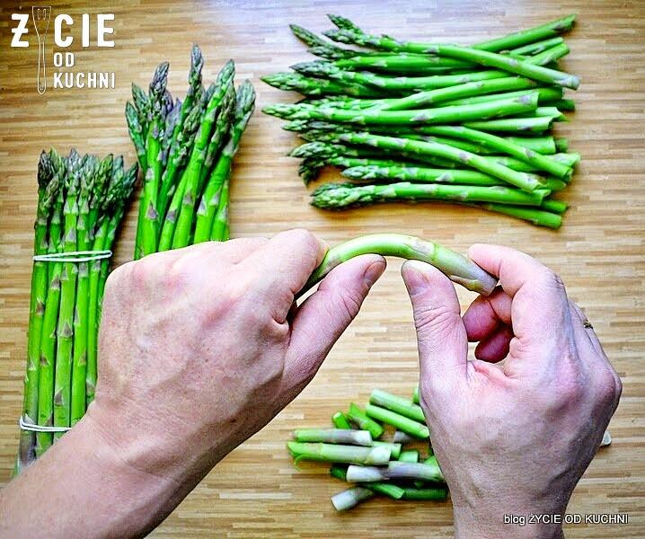 szparagi, zielone szparagi, jak gotować szparagi, burak lisciowy, szparagi, salatka, kasza jaglana, kwiaty jadalne, wiosenna salatka, kwiaty szczypiorku, wiosna na talerzu, zycie od kuchni, czerwiec w kuchni, sezonowo czerwiec