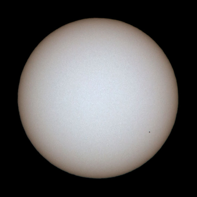 Hooray, Mercury is seen transiting the sun, DSLR, 600mm, 1/1250 seconds (Source: Palmia Observatory)