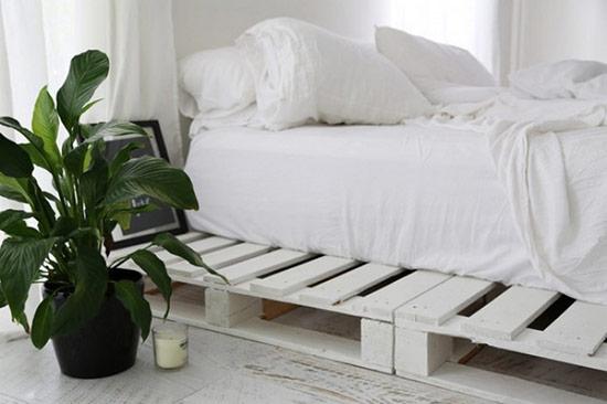 Nếu không gian của bạn không thể kê giường, chẳng hạn như là trên gác xép, thì việc trải đệm và nằm trực tiếp lên đó sẽ không mấy thoải mái, không tốt cho sức khỏe của bạn lẫn độ bền của tấm nệm chút nào. Thế thì chẳng việc gì mà bạn lại không kê những tấm pallet gỗ cũ lên để tạo thành một chiếc giường rất lý tưởng thế này.