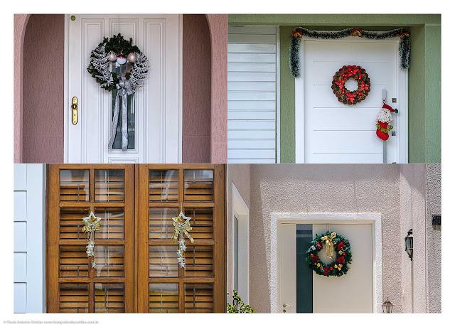 Enfeites de Natal nas portas das casas