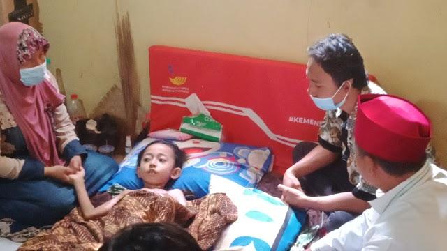 Wagub Jabar Sambangi Rumah Fery Ferdiwjaya Bocah Banjarsari Korban luka Bakar .
