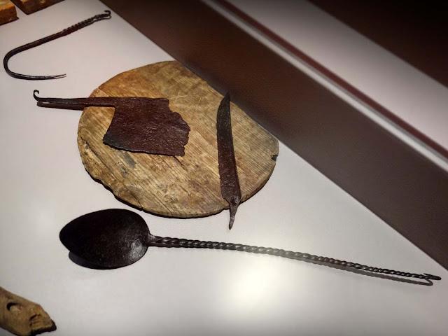 Crochet de balance ou crémaillère (?), lame de couperet et de couteau, cuillère à « chaudron »...