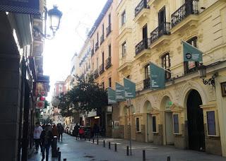 La calle del Príncipe con la fachada del teatro a la derecha, enclavado en un edificio de viviendas, con sus tres puertas con arco.