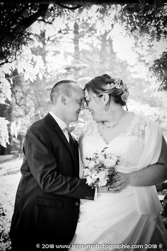 photo de couple, portrait des mariés qui se regardent en noir et blanc