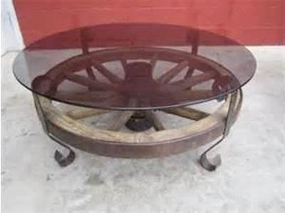 Meja terbuat dari kayu roda bekas dan kaca.