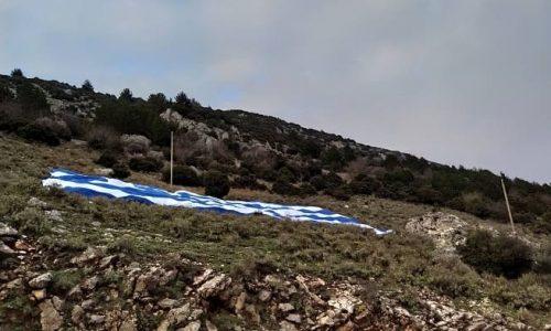 Η ελληνική σημαία καλύπτει πάνω από 1200 τετραγωνικά μέτρα, ανήκει στο Δήμο Πωγωνίου, μεταφέρθηκε και τοποθετήθηκε στην πλαγιά του Μιτσικελίου ώστε να τιμηθεί η Εθνική Επέτειος της 25ης Μαρτίου και η συμπλήρωση των 200 χρόνων από την έναρξη της Ελληνικής Επανάστασης.