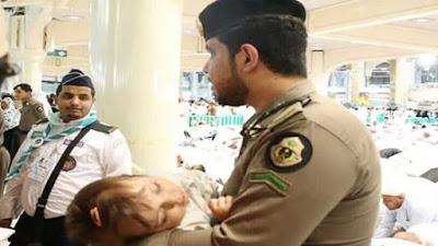 شاهد، رجل الأمن في الحرم المكي ينقذ طفلة من الدهس تحت أقدام المعتمرين، وذلك بعدما حدث لأمها ! لا حول ولا قوة إلا بالله