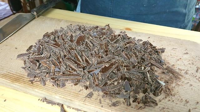 ビターチョコレートを刻む