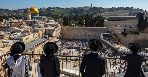 Milhares de pessoas participam da bênção de Páscoa no Muro das Lamentações em Israel