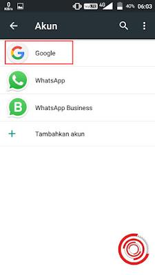 2. Nantinya akan muncul beberapa akun. Sebagai contoh milik saya ada akun Google, WhatsApp, dan WhatsApp Business. Pilih saja akun Google