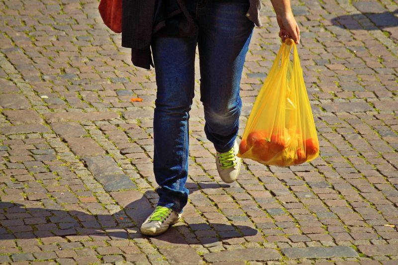 Pessoa a carregar saco de compras