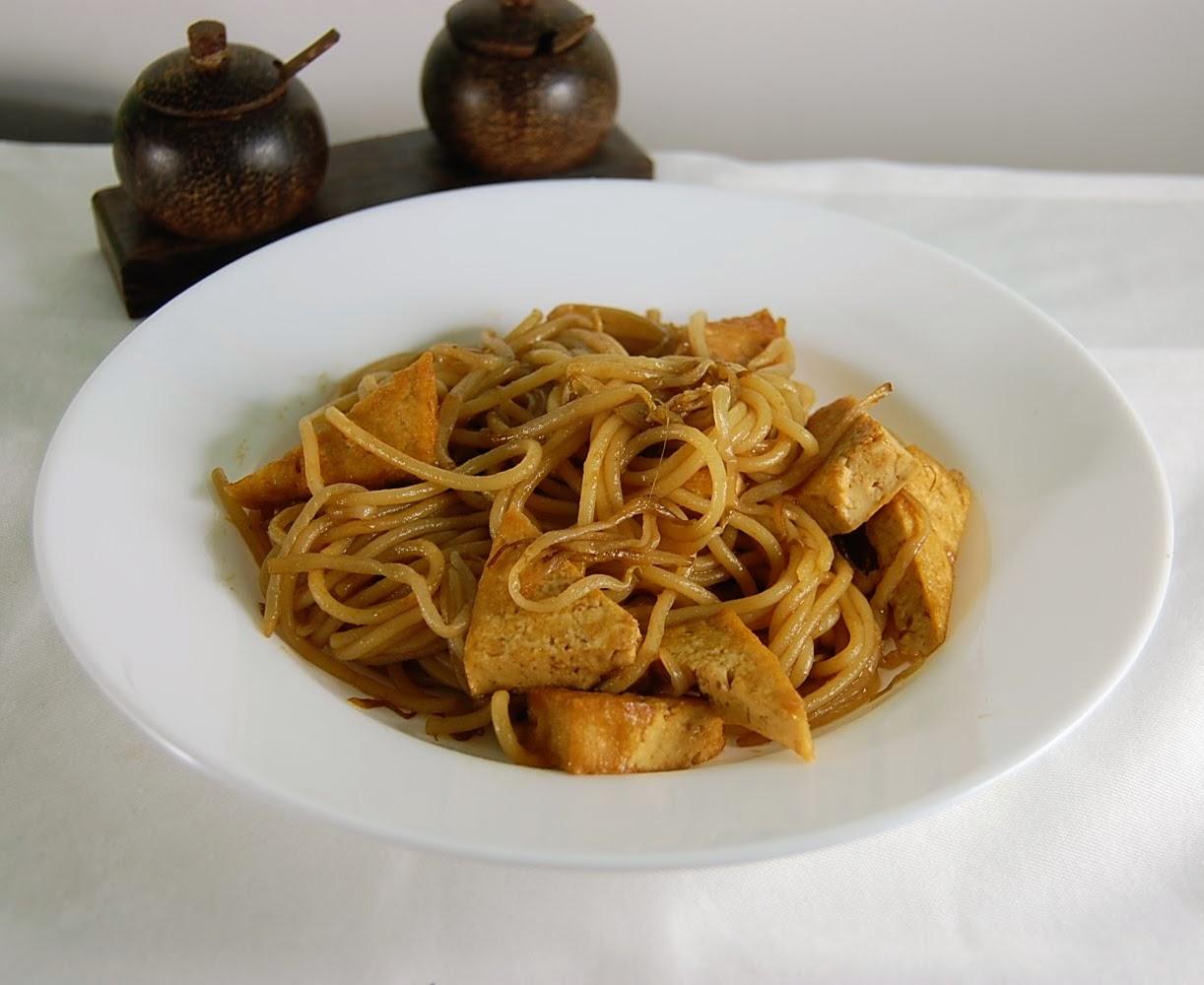Gebratene Nudeln mit Tofu in der Hoisin Sauce