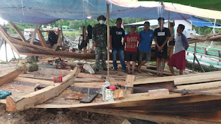 Anggota Zidam Bantu Warga Buat Perahu Di Kecamatan Paloh