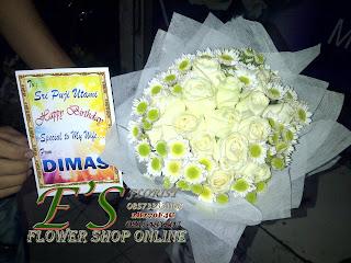 bunga tangan mawar putih kombinasi aster