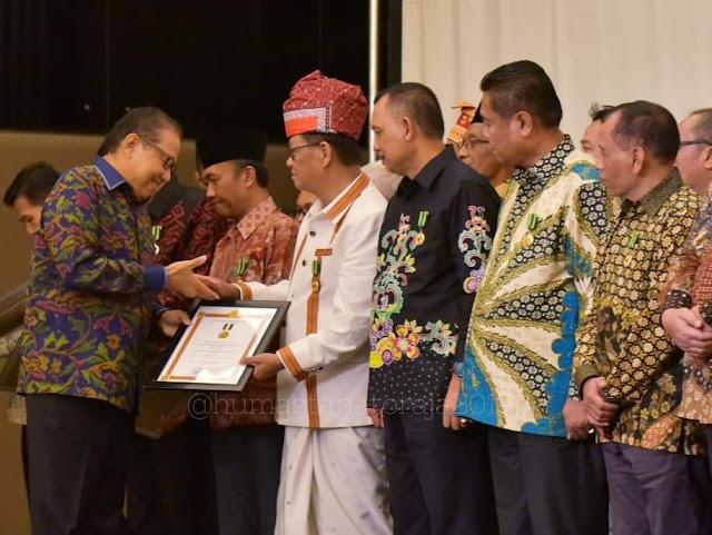 [Foto] Nico Tampil Beda Saat Terima Gelar di Jateng, Tenun Khas Toraja