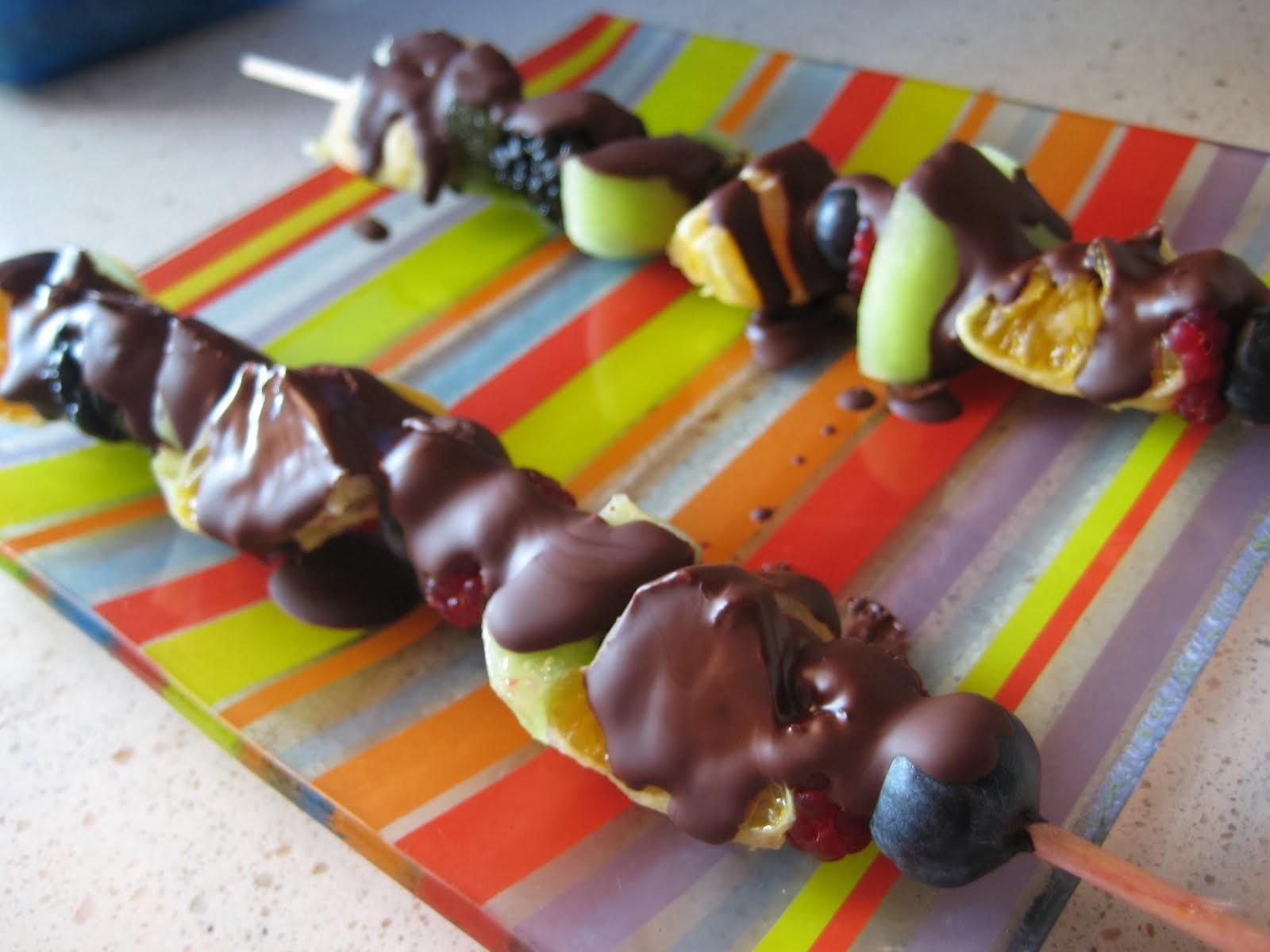 pinchos de fruta y chocolate