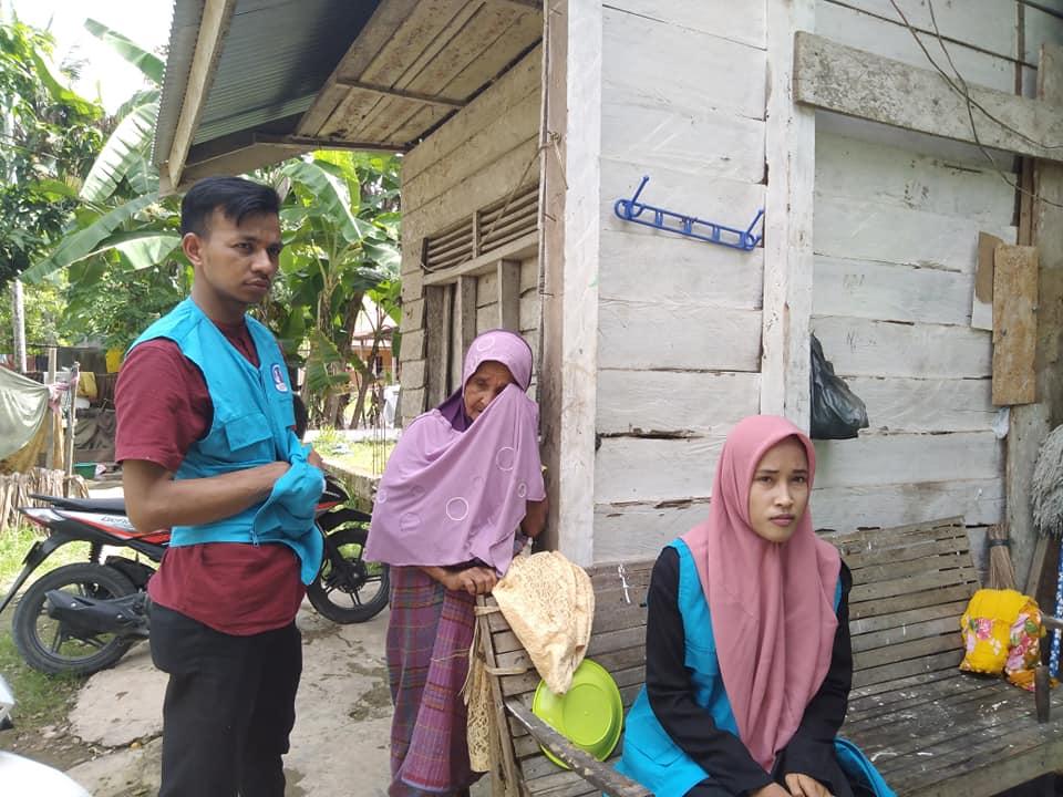 Nek Halimah seorang Janda tua, harus memenuhi Nafkah ke-3 anak yatim yang sedang mondok di pesantren, Ibu mereka mengalami Gangguan Jiawa