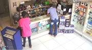 Dois elementos assaltam loja de celular em Pedreiras.