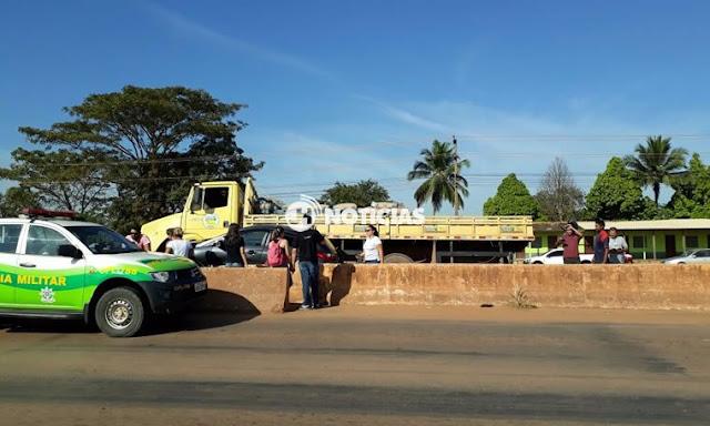 Motoristas param para pedestre na faixa e caminhão acerta em cheio veículos na Capital