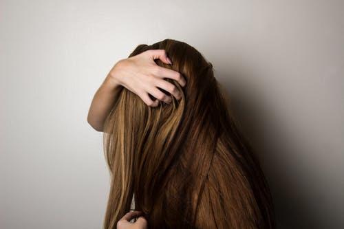 تكسر الشعر: 10 أسباب مع طرق علاج التلف
