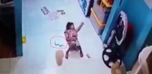 Merinding! Ular Masuk ke Celana Anak Tidur Terekam CCTV
