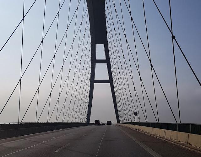 Vom Glück dieser Erde: Urlaub auf dem Küselhof und Reiterhof Witt auf Fehmarn. Bei der Anreise überqueren wir die Fehmarnsundbrücke.