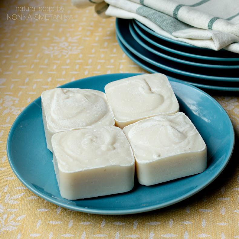 Хозяйственное мыло, лежит на голубой тарелке.