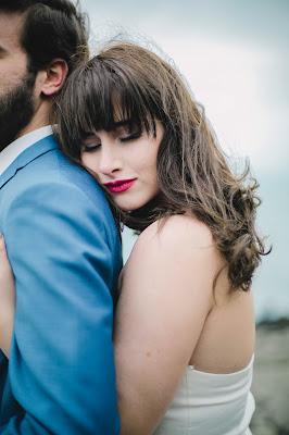 Novia abrazando al novio por la espalda con los ojos cerrados
