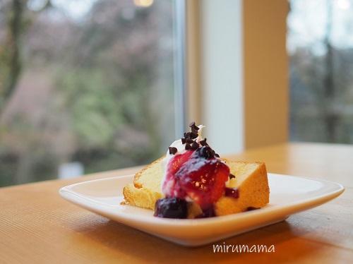 窓とシフォンケーキ