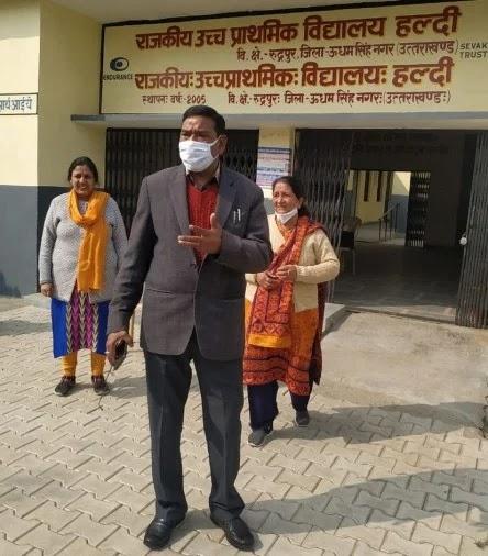 उच्च प्राथमिक स्कूल हल्दी का निरीक्षण करते सीईओ रमेश चंद्र आर्य।