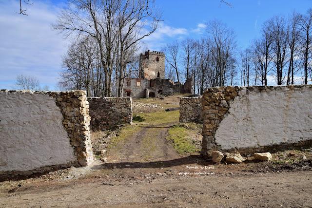 Zamek Lipa od strony drogi